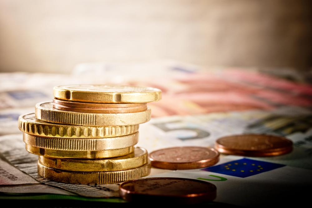 Geldmünzen und Scheine liegen auf dem Tisch